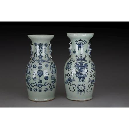 PAIRE DE VASES GUANYIN  en porcelaine et émaux bleu de cobalt sur fond