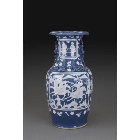 VASE GUANYIN  en porcelaine et blanc fixe sur couverte bleue, le col e