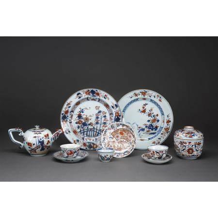 LOT DE DIX PIÈCES  en porcelaine et émaux polychromes, comprenant deux
