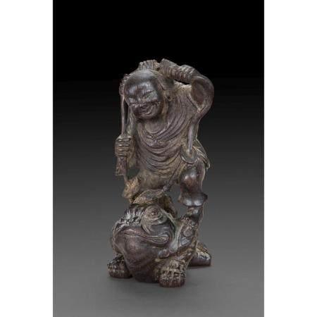 STATUETTE DE LIU HAI  en bois de hongmu, l'Immortel représenté debout
