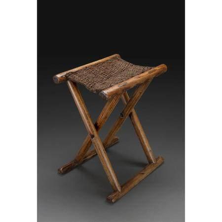 PETIT TABOURET PLIANT  en bois de zuomu, l'assise tressée de fibres, l