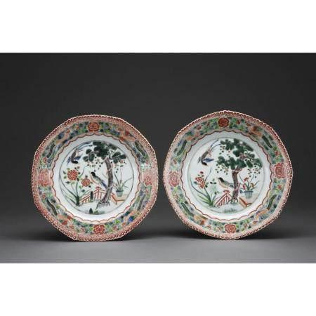 PAIRE DE PLATS CREUX  en porcelaine et émaux polychromes dans le style