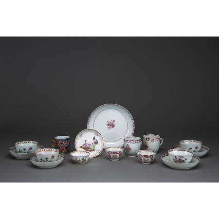 LOT DE SEIZE PIÈCES  en porcelaine de la famille rose comprenant: un p