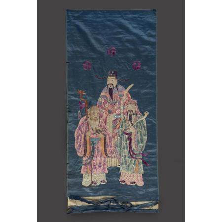 BRODERIE VERTICALE  en polychromie sur satin de soie bleu, de forme re
