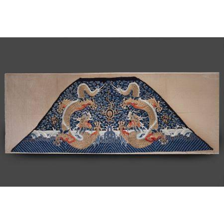 TRÈS GRANDE TENTURE  en satin de soie bleu-nuit, à décor, broché aux f