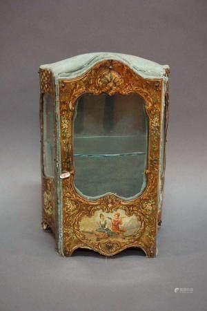 Bibliothèque miniature en métal peint et papier maché recouvert de tissu. Circa 1900. H : 27 cm
