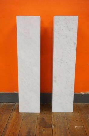 2 colonnes modernes en marbre blanc. 22x22 cm  H : 97 cm