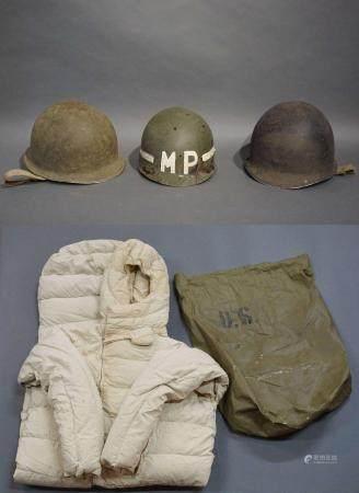 3 casques militaires (1 accidenté). On y joint un sac de couchage (+ housse) de l'armée américa
