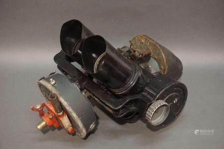 Binoculaire militaire D.F 10x80. Marqué Eug KF 9051 et CXN 39098. En l'état. H : 46 cm  l : 40