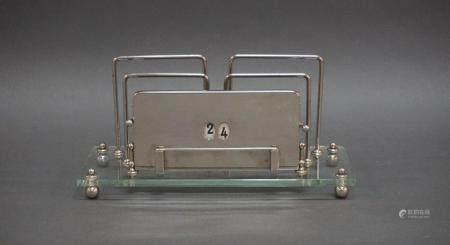 Calendrier perpétuel et porte lettres en verre et métal chromé. Marque D.R.G.M.  L : 24 cm  l: