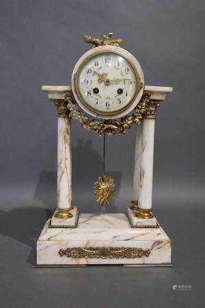 Pendule de style Louis XVI en marbre et bronze. H : 46 cm