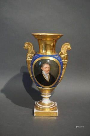Vase en porcelaine de Paris polychrome. On y joint 1 second restauré. H : 30 cm