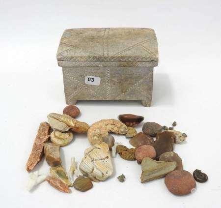 Coffret en pierre contenant, 4 empreintes en terre cuite de sceaux antiques, de [...]