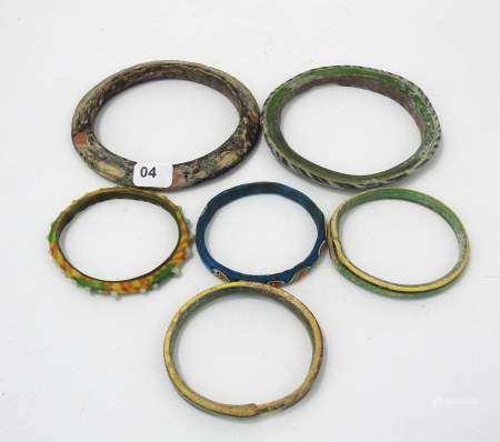 6 bracelets en pâte de verre multicolore. Orient. XVI-XXe s. apr. J.-C. Expert : [...]