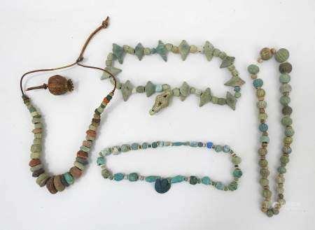 4 colliers de perles à glaçure bleue, la plupart antiques. Expert : Monsieur [...]