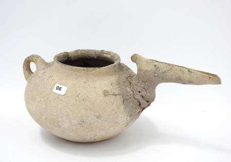 Vase en céramique à long bec effilé. Iran. Age du Fer (1200-700 av. J.-C.). Cassé [...]