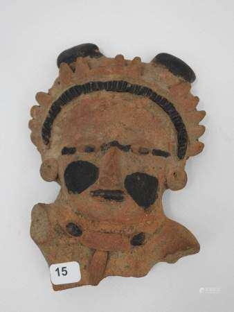 Grande figurine fragmentaire en terre cuite avec rehauts de couleur noire. Mexique. [...]