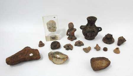 Lot de têtes, figurine et vase en céramique d'époque et de style précolombien. On [...]