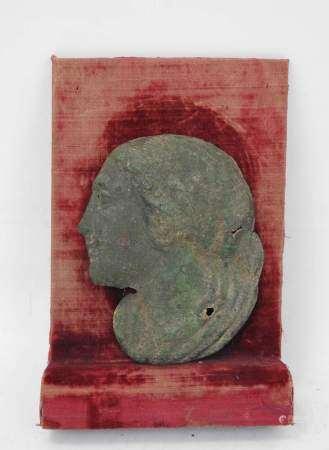 Visage de femme en tole de cuivre à patine de fouille. Ex voto? Période romaine. H. [...]