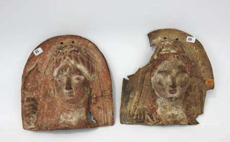 Deux plaques en céramique figurant en relief des bustes de femmes tenant avec leurs [...]