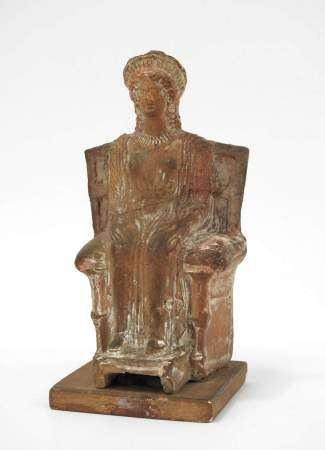 Belle figurine en terre cuite d'une déesse grecque (probablement Demeter) assise sur [...]