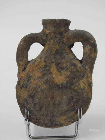 Ampoule de Saint Menas en terre cuite, avec d'un côté une représentation du saint [...]