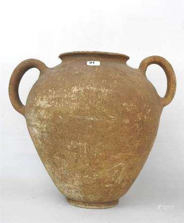 Jarre romano -étrusque à deux anses ayant probablement servi d'urne cinéraire. [...]