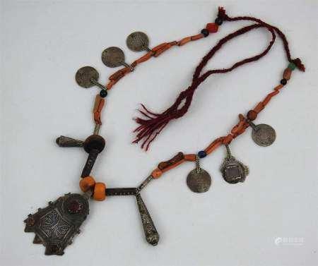 Collier de la région de Taliouine, Maroc. Argent niellé, copal, corail, verroterie, [...]