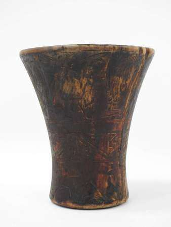 Kero inca. Vase cérémoniel tronconique en bois, décoré sur trois registres [...]