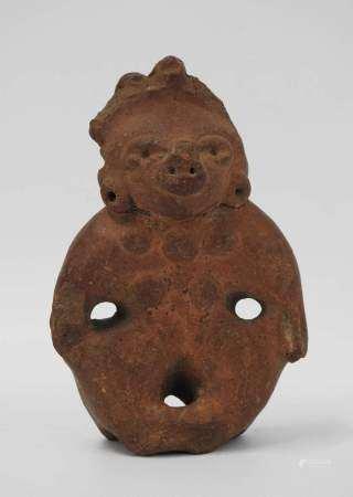 Figurine précolombienne en terre cuite rouge. Tête cassée et recollée. Trace [...]