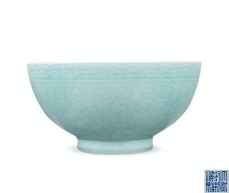 清乾隆青釉内暗刻外凸花缠枝牡丹纹大碗