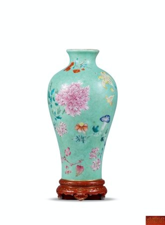 清乾隆绿地轧道粉彩折枝花卉纹壁瓶