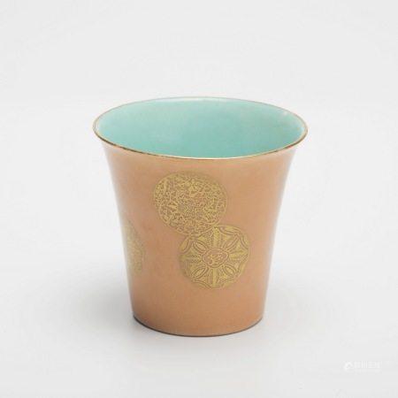 民国珊瑚绿地描金皮球花纹马蹄杯 A rare horseshoe cup with gold ball pattern on coral green ground, Republic of China