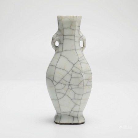 清乾隆哥釉双耳瓶 A rare Ge-glazed double-eared vase, Qianlong period, Qing Dynasty