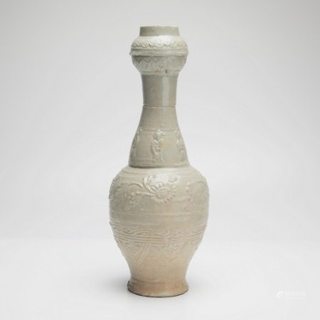 隋代青瓷模印花卉人物蒜头瓶 A rare celadon moulded garlic vase with floral figures, Sui Dynasty