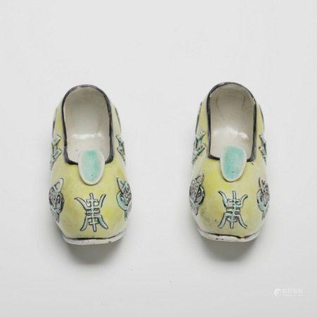 晚清素三彩寿字纹绣花鞋 A pair of rare plain three-color longevity tattoo embroidered shoes, late Qing Dynasty