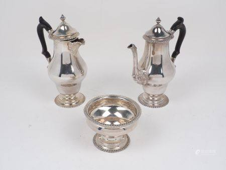 An Edwardian silver tea set, London, c.1909, Edward Barnard & Sons, comprising tea pot, hot water
