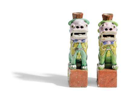 A PAIR OF FO-DOG FAMILLE ROSE ENAMELS, CHINA, 18TH -19TH CEN