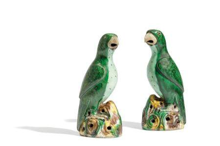 A PAIR OF FAMILLE VERTE BISCUIT PARROTS, CHINA, QING DYNASTY