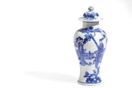 A SMALL BLUE AND WHITE PORCELAIN POTICHE AND COVER, CHINA, 1