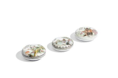 THREE SMALL FAMILLE ROSE PORCELAIN ROUND BOX AND COVER, CHIN