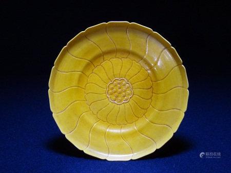 大清雍正年製款 黄釉花形皿