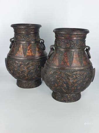 Une paire de vases en bronze