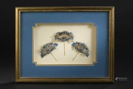 Trois ornements de coiffureChine, époque Guangxu (1875-1908)En plume de martin-pêcheur, argent