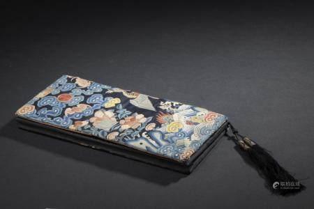 Pochette en soie brodéeChine, époque Guangxu (1875-1908)Le dessus recouvert d'un ancien badge d