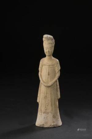 Statuette de dame de cour en terre cuite à glaçure jaune pailleChine, époque Tang (618-907)Repr