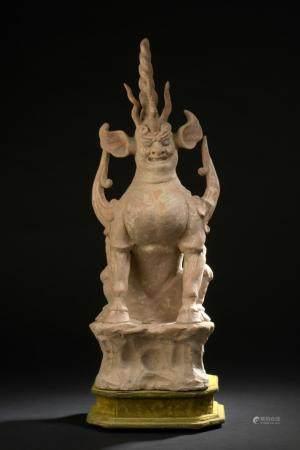 Dieu de la terre en terre cuite orangéChine, époque Tang (618-907)Représenté assis sur une base