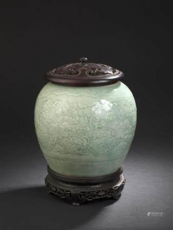 Vase en porcelaine céladonChine, XIXe siècleLa panse globulaire, à décor moulé de fleurs et rin