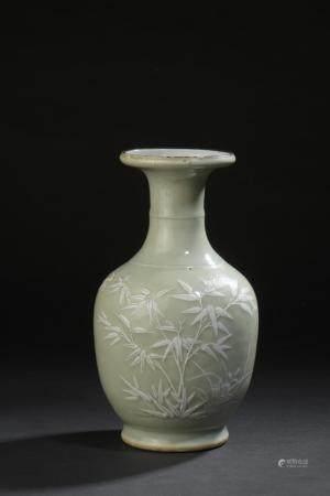 Vase en porcelaine céladonChine, XIXe siècleBalustre, à décor de grillons et bambous ; base per