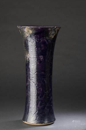 Vase cornet en porcelaine à glaçure aubergineChine, XVIIe siècleÀ décor incisé des trois amis d